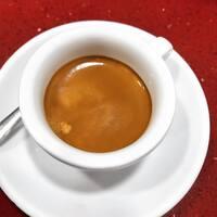 """""""Un grande espresso si beve senza zucchero """". Ma come stanno davvero le cose? Sull'argomento le scuole di pensiero si dividono,ma per farla breve possiamo dire che se è vero che lo zucchero può risultare ingannevole della qualità del caffè in un primo momento ,per poi evidenziare le caratteristiche negative quali astringenza e legnosità , è altrettanto vero che l'aggiunta di zucchero aumenta la persistenza aromatica dei buon caffè prolungandone il piacere. E poi per favore, se il caffè è innanzitutto un piacere,volete lasciarcelo bere come ci piace?  #caffepasqualecola"""